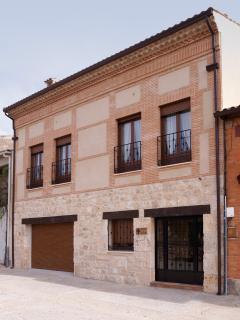 Fachada Casas de Valois. Acceso a apartamentos AGRA y PARÍS en C/ de la Muralla 6