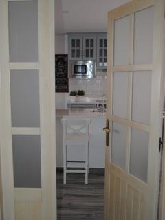 Apartamento PARÍS. Entrada a la cocina abierta al comedor