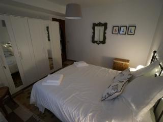 Large double bedroom with king sized bed. Gran dormitorio doble con cama de matrimonio.