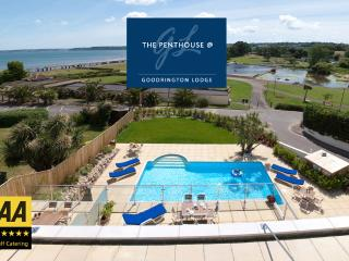 Luxury 3 Bed Penthouse, Sea views, Hot tub + Pool!