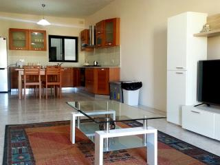 3 bedroom apartment with lift & free WIFI, Marsascala