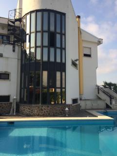 La grande vetrata che protegge la scalinata interna e affaccia sulla piscona