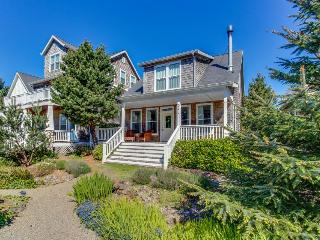 Gorgeous, stylish home with private hot tub and game room, Depoe Bay