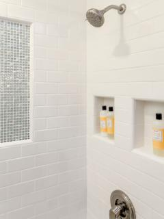 'Blue Room' bathroom: cool tile wall, more niches.