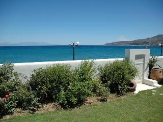 BeachFront Villa with Swimming Pool, Diakofto