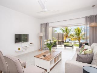 Villa Monica 2 - Luxury Beachfront Living, Roches Noire