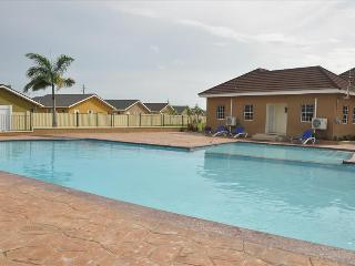 Excellent Location Gated community with communal Swimming pool, gym & WI Fi, Ocho Rios