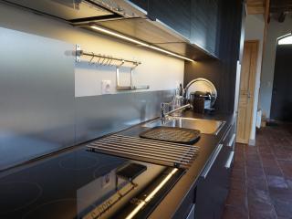 Cuisine entièrement équipée : réfrigérateur-congélateur, lave-vaisselle, plaques induction, four...