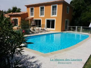 Villa récente avec piscine privée, quartier calme