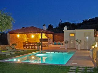 Superb Villa Georgia - Full Privacy -Pool&Jet Spa!, Afrata