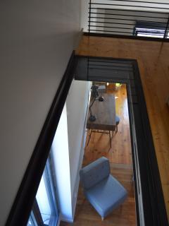 Parquet en verre pour que la lumière s'infiltre aussi à l'étage