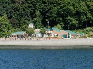 Beautiful Beach, 3 masters, 4 bath, sleeps 8-10, Vashon