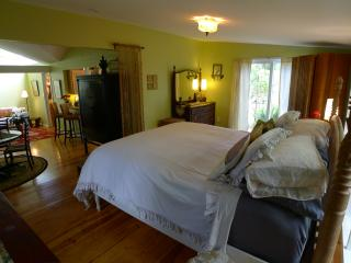 Spacious cottage with King size bed, kitchen, dining and living areas