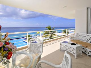 Nah ha # 201, Beautiful Oceanfront 3 bdrm condo, North Shore, Great Snorkeling!