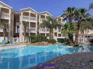 Poolside townhouse that's just a short walk to the beach & Pet-friendly!, Corpus Christi
