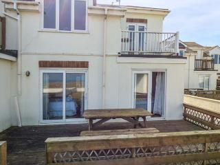 THE BEACH HOUSE, stunning beach views, balcony, close to local amenities, Newquay, Ref 932077