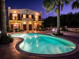 4 bdrm villa with pool, short walk to sandy beach
