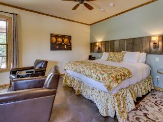 Romantic, dog-friendly cottage with a private hot tub, on Main Street!, Fredericksburg