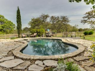 Dog-friendly cottage w/private pool & hot tub & outdoor bar!, Fredericksburg