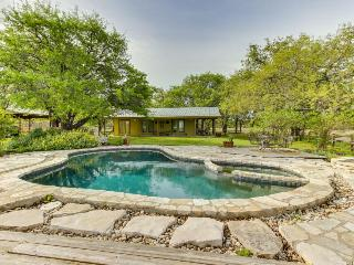 Dog-friendly cottage w/ landscaped yard, private pool, & outdoor bar!, Fredericksburg