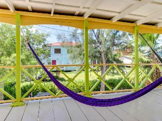 Colorful,  relaxing, & ocean front island villa near beach and town!, Caye Caulker