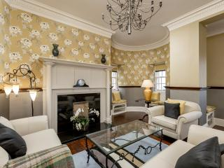 Old Town Apartment Ramsay Garden 3rd Floor, Edimburgo