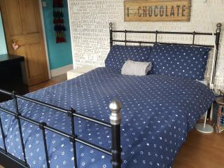 Spacious room female one guest up to 1 week stay, London