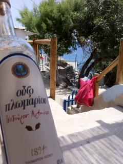 Ouzo & the bag with the BBQ coals: indispensable feel good equipment!