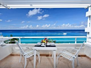 Miramar #404, Beautiful Oceanfront 2  bdrm condo, North Shore, Great Snorkeling!
