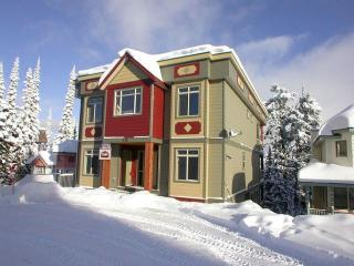 Deluxe Four Bedroom Home Right on the Skiway, Silver Star