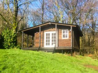 LAKESIDE CABIN, rustic lodge, on trout farm, parking, garden, in Sheldon, Ref. 928393, Dunkeswell