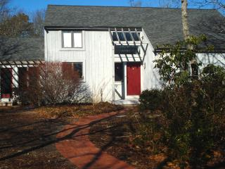 Contemporary Cape, great location,  private pool, Brewster