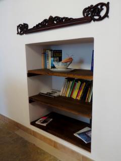 La piccola libreria ricavata da una nicchia nel mur