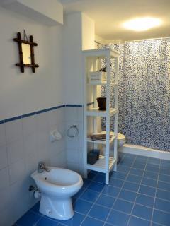 Il bagno con ampia doccia