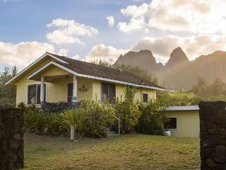 Hibiscus Beach Cottage, Vintage Hawaiian Charm, Walk to Beach for Sunrises!