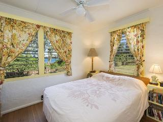 Hibiscus Hula Beach Cottage, Hear the Ocean, Walk to Beach & Enjoy Sunrise, Anahola