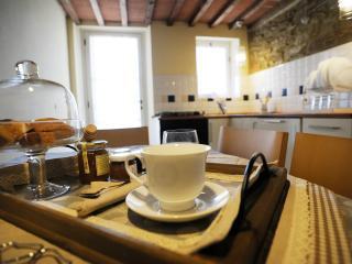 Ns. omaggio: latte - caffè- torta casalinga -miele e marmellate di ns. produzione - acqua- zucchero