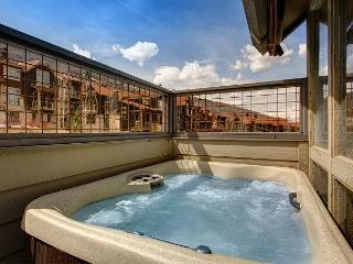 Walk to Silver Star Lift! Beautiful Park City 3BR with Balcony Hot Tub