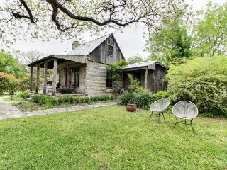 Romantic, historic cabin with koi pond, breakfast included, Luckenbach