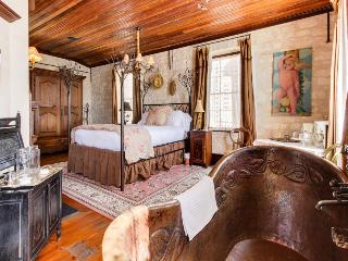 Enchanting downtown cottage w/copper soaking tub & courtyard, Luckenbach