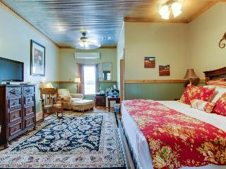 Plush dog-friendly suite with on-site tasting rooms, walk to wineries!, Fredericksburg