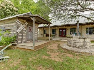 Dog-friendly cottage with on-site tasting rooms, in the heart of wine country!, Luckenbach