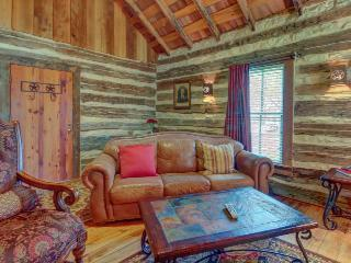 Lovely dog-friendly cabin w/ 4 on-site tasting rooms - along Hwy 290 Wine Trail!, Luckenbach