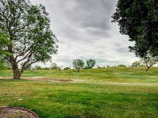 Dog-friendly condo with a shared pool & hot tub, perfect for golf lovers!, La Quinta