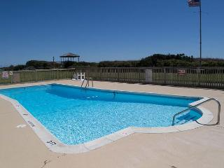 Oceanside, remodeled, one bedroom efficiency w/beach access and pool!