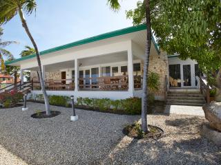 Comfortable oceanfront villa,2 min walk from beach