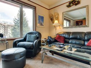 Alpine studio with shared, indoor hot tub plus deck w/ grill, Copper Mountain