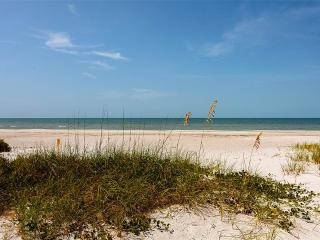 Coconut Breeze, New 3 Bedroom, Walk to the Beach, Fort Myers Beach