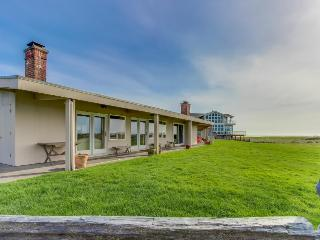 Retro, oceanfront condo w/ serene views, easy beach access, Gearhart