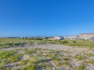 Sunny, oceanfront condo w/ great views & easy beach access